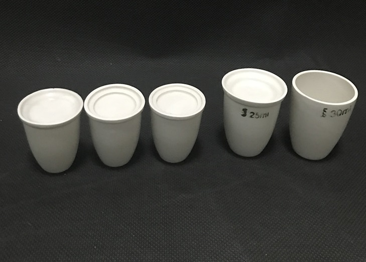 Porcelain crucibles, tight closing lid